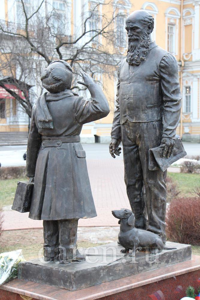 "Памятник ""Прибыл на каникулы"""