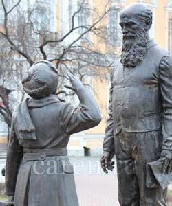Памятник суворовцу Прибыл на каникулы