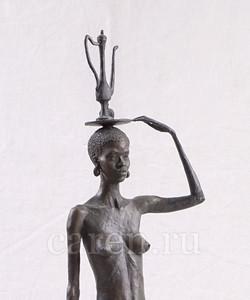 Африканка, идущая с кувшином