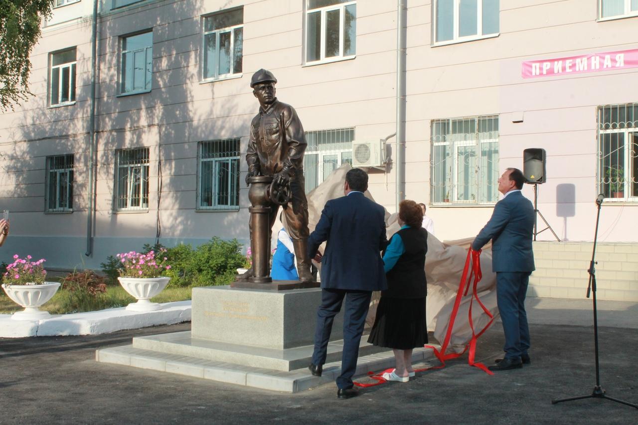 В Новокуйбышевске открыли памятник нефтяникам
